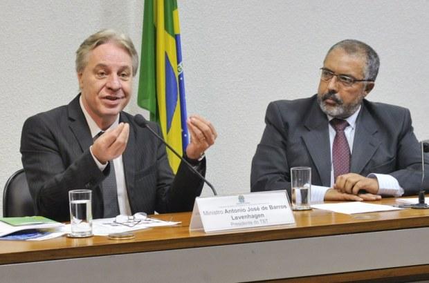 Antonio Jose de Barros Levenhagen, observado pelo presidente da CDH, senador Paulo Paim Geraldo Magela/Agência Senado