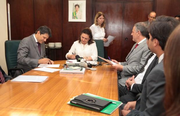 Kátia Abreu e Fernando Haddad assinaram termo de cooperação para dar início aos estudos- Foto: Carlos Silva/Mapa