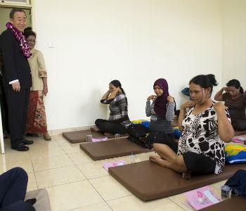 Em 2011, Ban Ki-moon visitou centro de yoga na Indonésia. Foto: ONU/Mark Garten