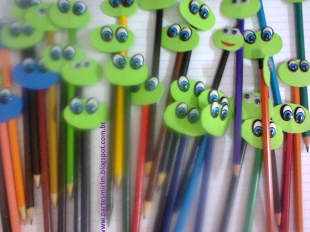 Sapinhos de E.V.A colados no lápis