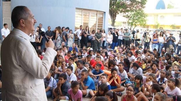 O ministro da Defesa, Aldo Rebelo, esteve nesta sexta-feira (19) no Centro Educacional Unificado (CEU) Heliópolis, na Zona Sul de São Paulo, para participar da mobilização do governo federal de combate ao mosquito Aedes aegypti. Militares das Forças Armadas, agentes de saúde, professores e alunos se uniram no combate ao mosquito